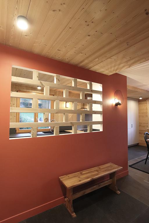 sophie-pico-denise-omer-architecte-interieur-chalet-renovation-bois-claustra-rouge-2