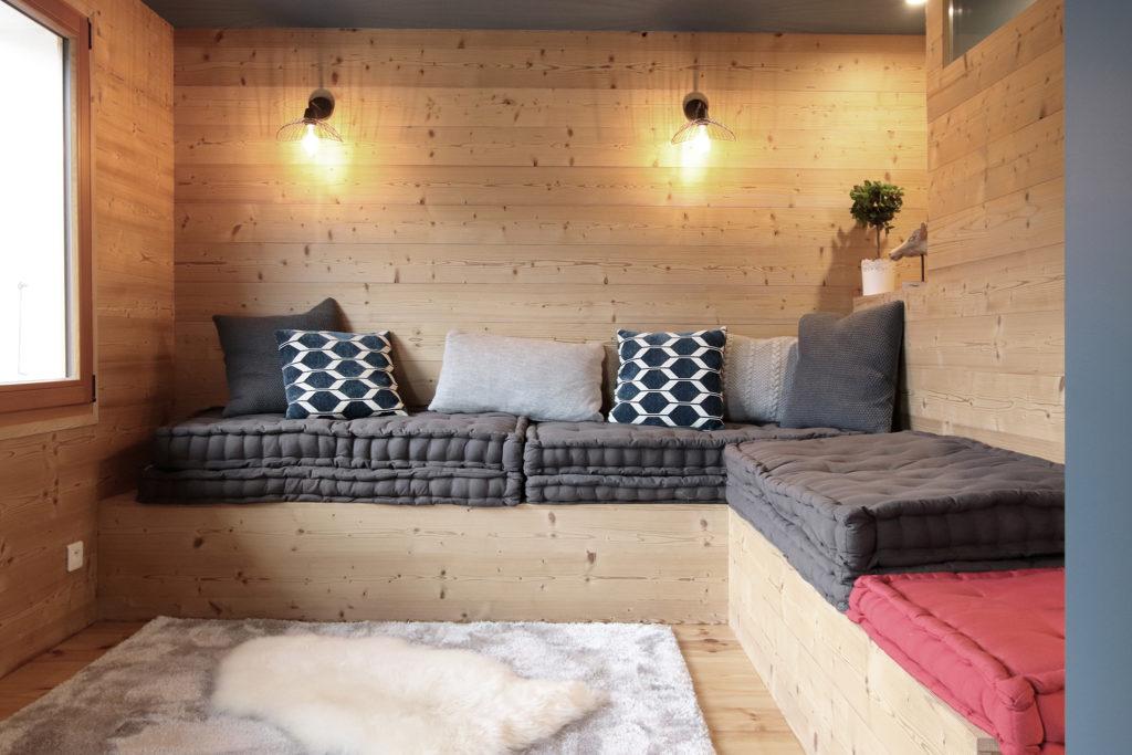 sophie-pico-denise-omer-architecte-interieur-chalet-renovation-bois-salon-banquette