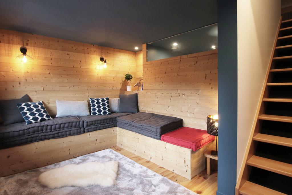 sophie-pico-denise-omer-architecte-interieur-chalet-renovation-bois-salon-banquette-escalier