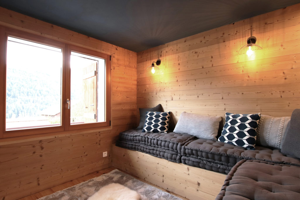 sophie-pico-denise-omer-architecte-interieur-chalet-renovation-bois-salon-banquette-vue