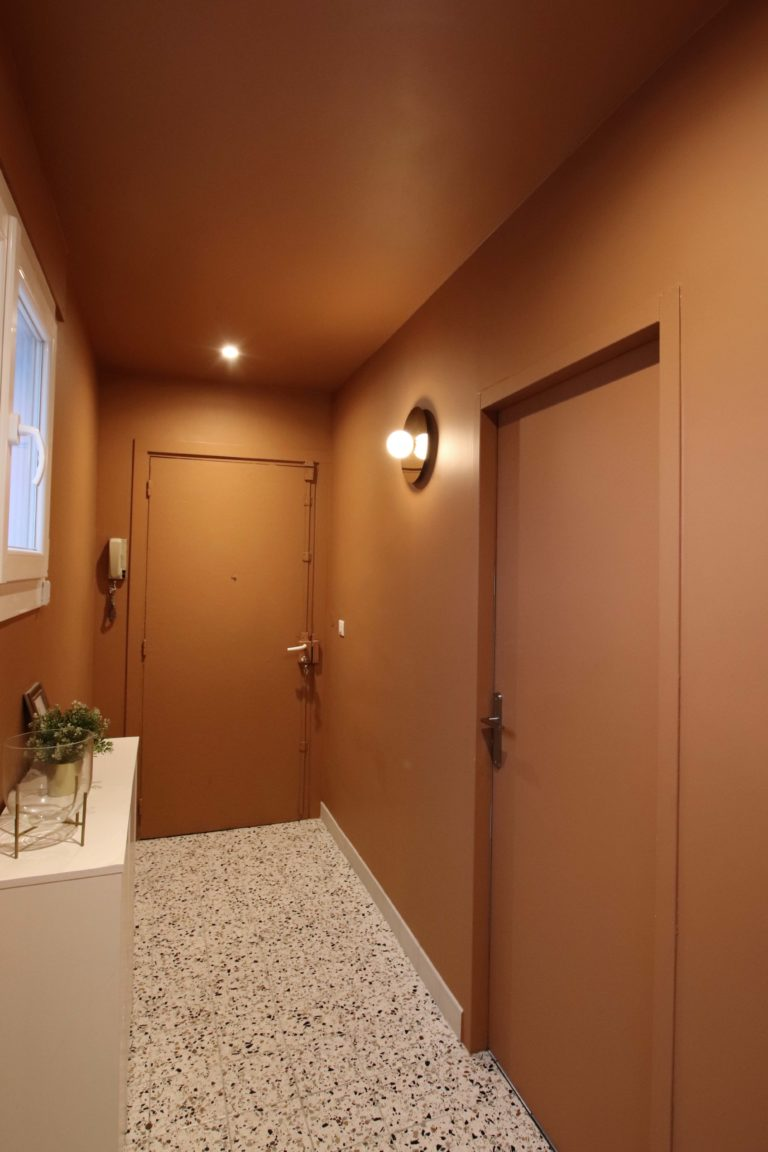 sophie-pico-architecte-interieur-appartement-renovation-montpellier-entree-couleur-ochre-terrazzo-applique-porte